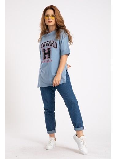 Madame Sare  Kadın Mavi Harvard Baskılı Yırtmaçlı Tişört Mavi